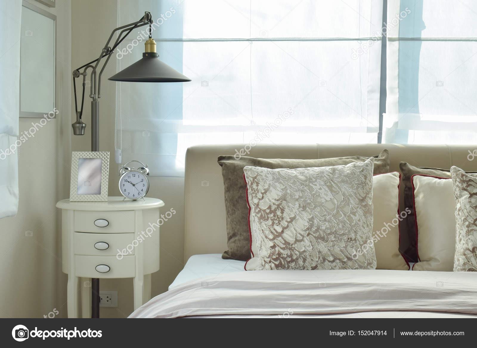 luxe slaapkamer met lamp en alarm klok op houten tafel thuis ...