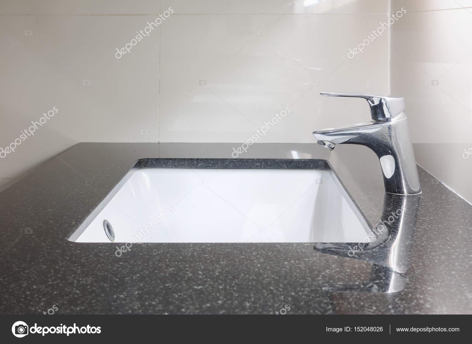 Unter Zahler Waschbecken Mit Schwarzen Granitplatte Und Wasserhahn