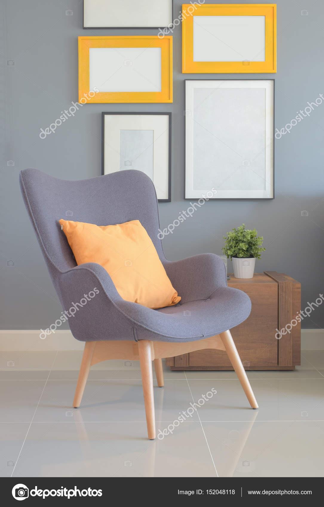 Wiederholen Sie Stil Sessel mit orange Kissen im Wohnzimmer mit Wand ...