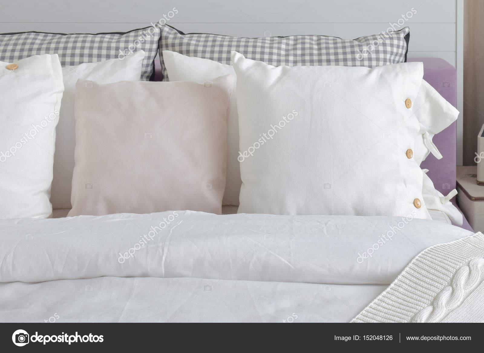 uit witte kussens instellen op engels land stijl bedden in de slaapkamer stockfoto