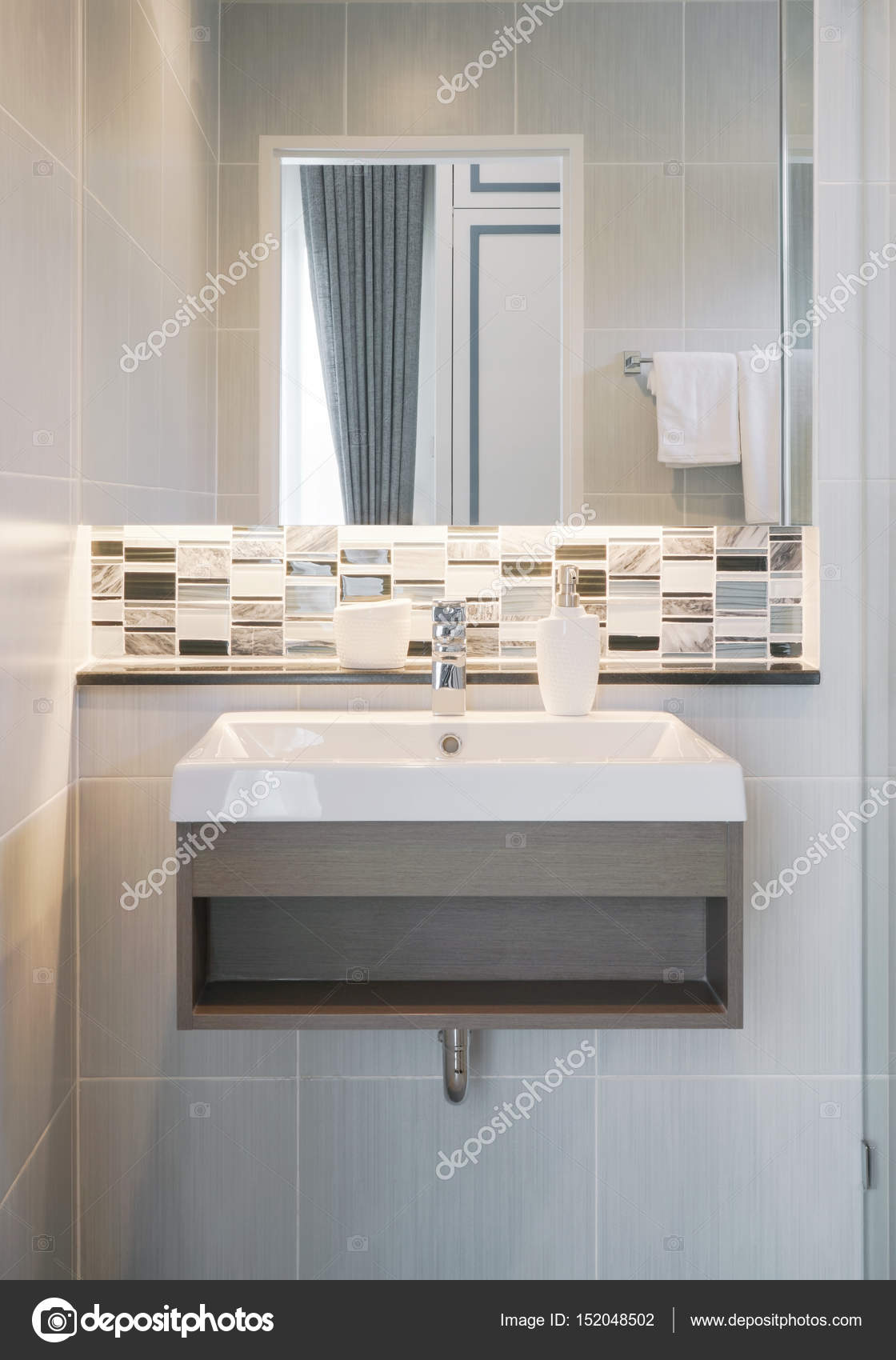 Moderne Waschbecken Mit Spiegel Und Mosaik Aufkantung U2014 Foto Von  WorldWide_Stock