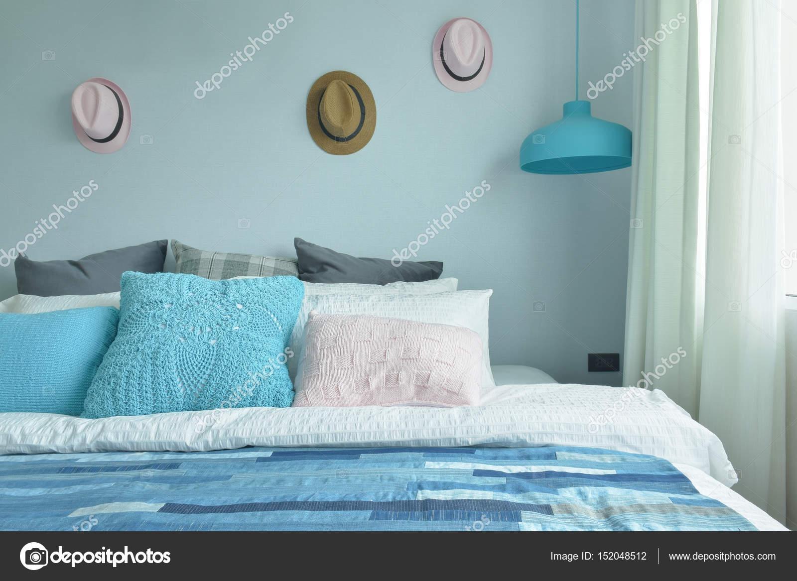 licht blauw roze en grijze kussens op bed met blauwe toon slaapkamer stockfoto
