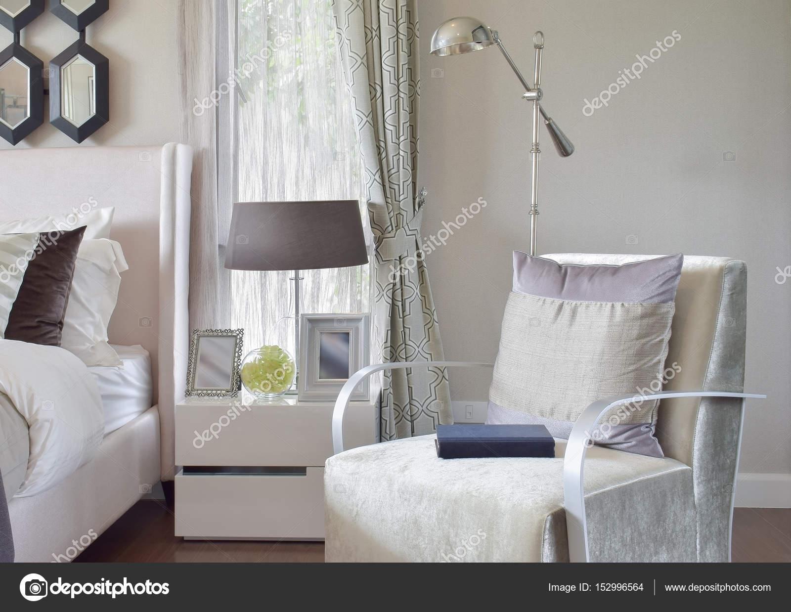 Slaapkamer Interieur Grijs : Moderne slaapkamer interieur met grijze kussen op fauteuil en