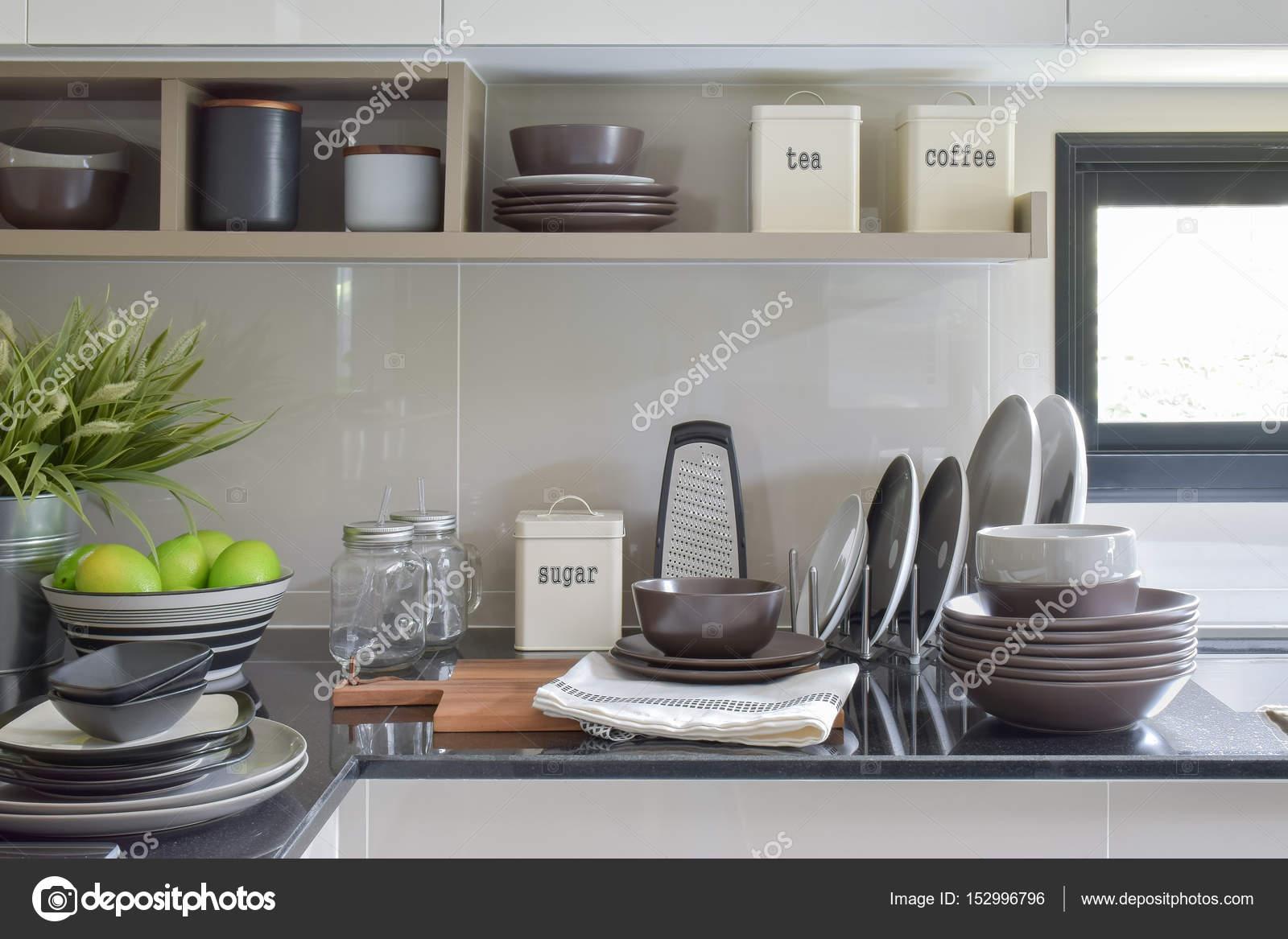 Plats en céramique et les bols sur le comptoir et étagère dans la ...