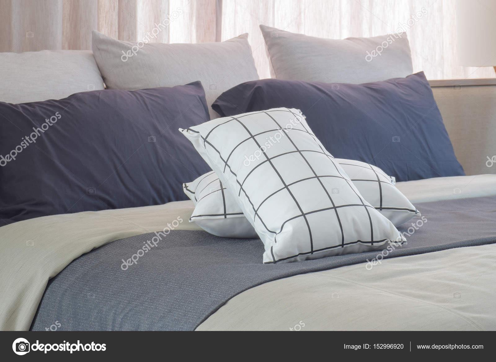 schlafzimmer schwarz weis grau, schwarz / weiß-kissen auf dunkles grau bett läufer im schlafzimmer, Design ideen