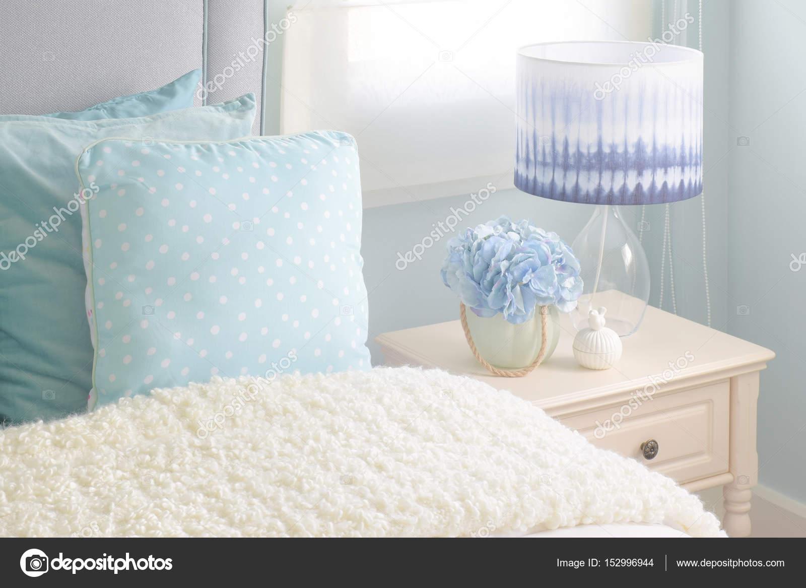 Leichte Blaue Kissen Und Creme Wattierte Decke In Leichte Blaue Innenraum  Schlafzimmer U2014 Stockfoto