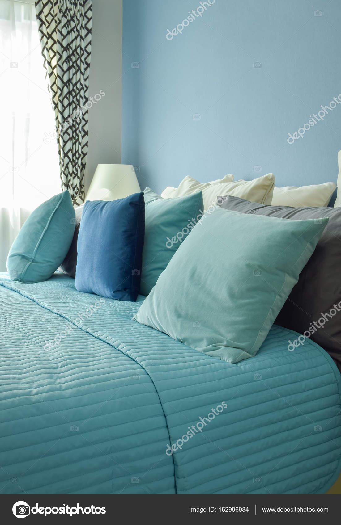 Hellblau, Blau Und Beige Kissen Auf Dem Bett Im Schlafzimmer Der Blauen  Wand U2014 Foto Von WorldWide_Stock