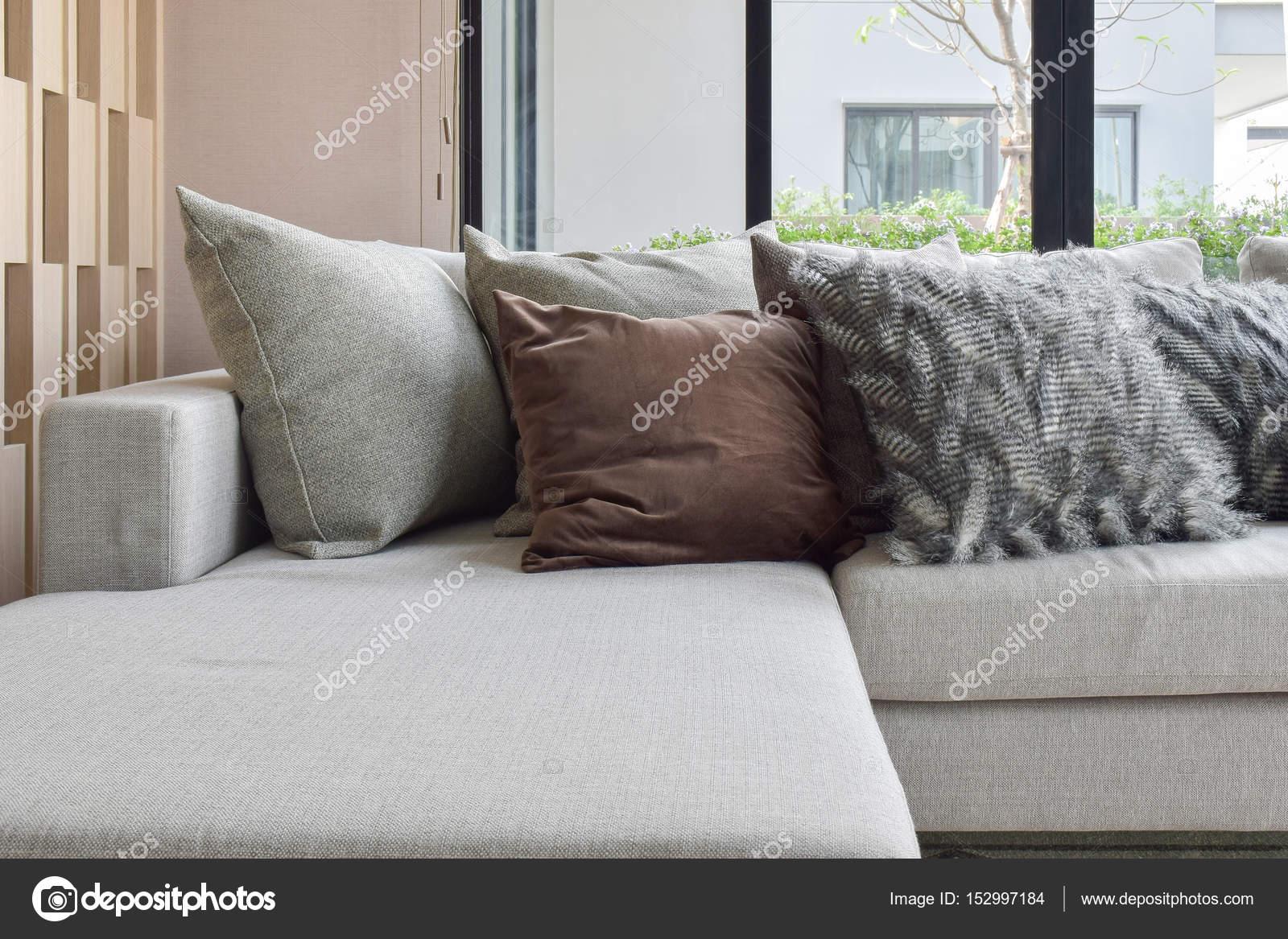 Bruin en licht grijze kussens instellen op beige Bank in de hoek van ...