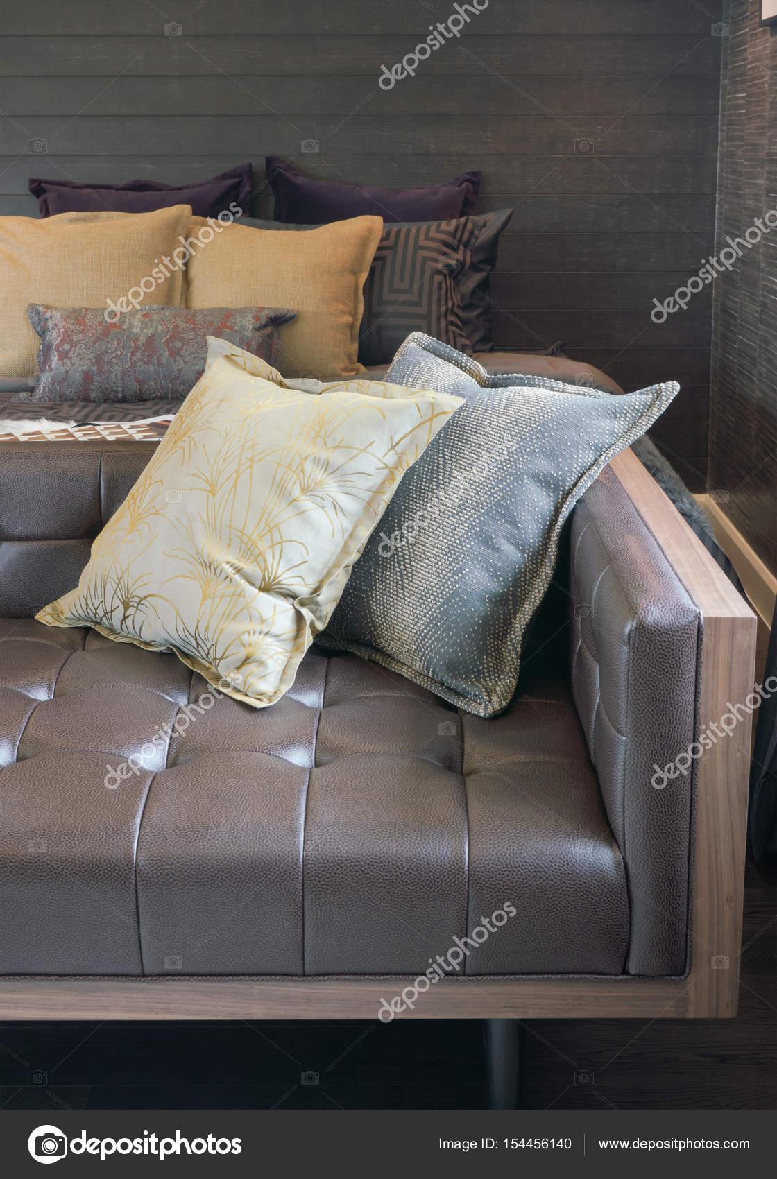 Braune Leder Sofa Mit Kissen Am Ende Des Bettes Im Schlafzimmer U2014 Foto Von  WorldWide_Stock
