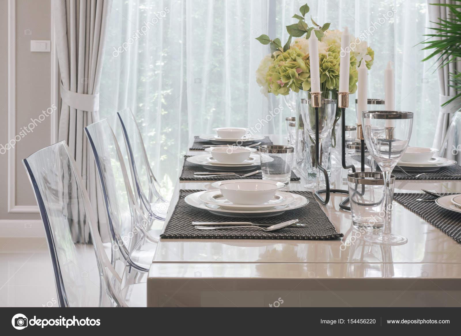 Tavolo Classico Moderno.Stoviglie Di Stile Classico Moderno Sul Tavolo Da Pranzo Con