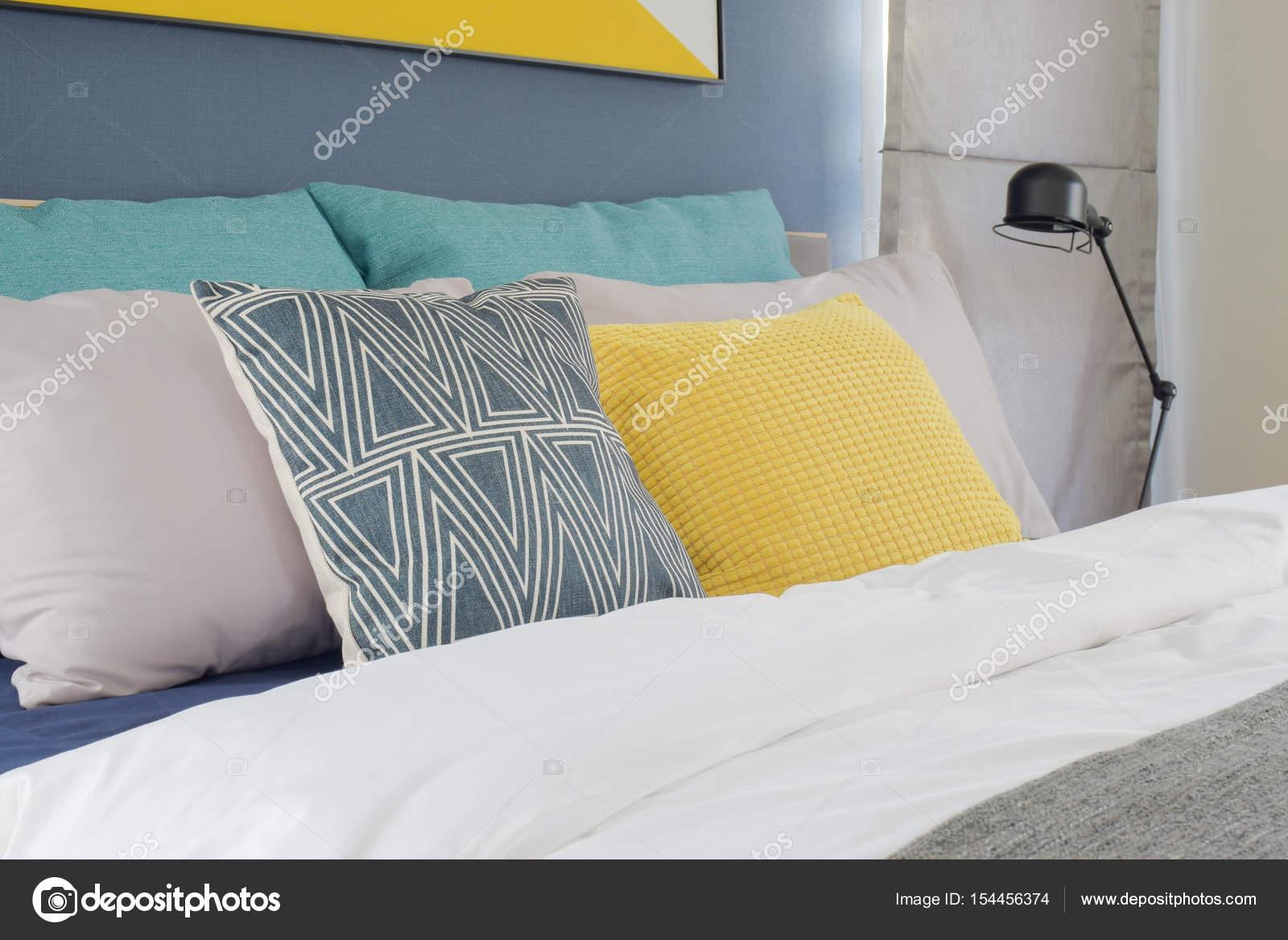 Geel, grijs en turquoise kleur kussens instellen op bed in de ...