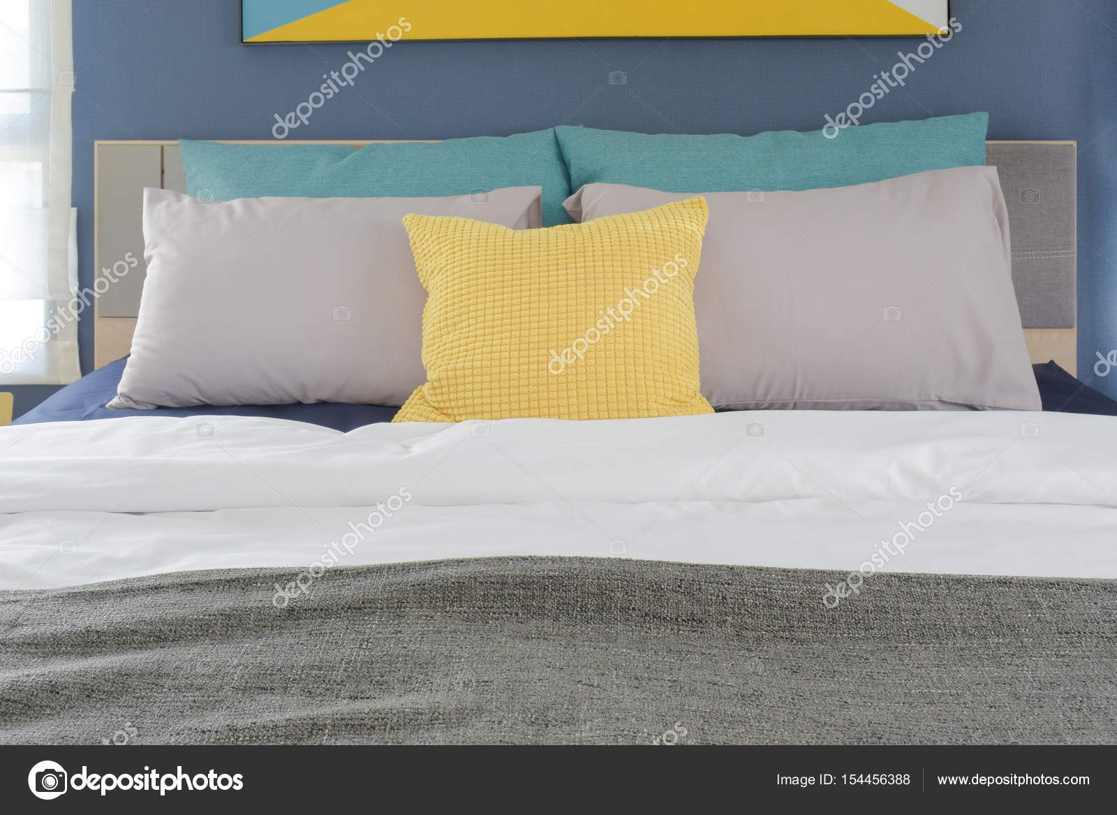 Piumino Letto Turchese : Cuscini di colore giallo grigio e turchese impostazione sul letto