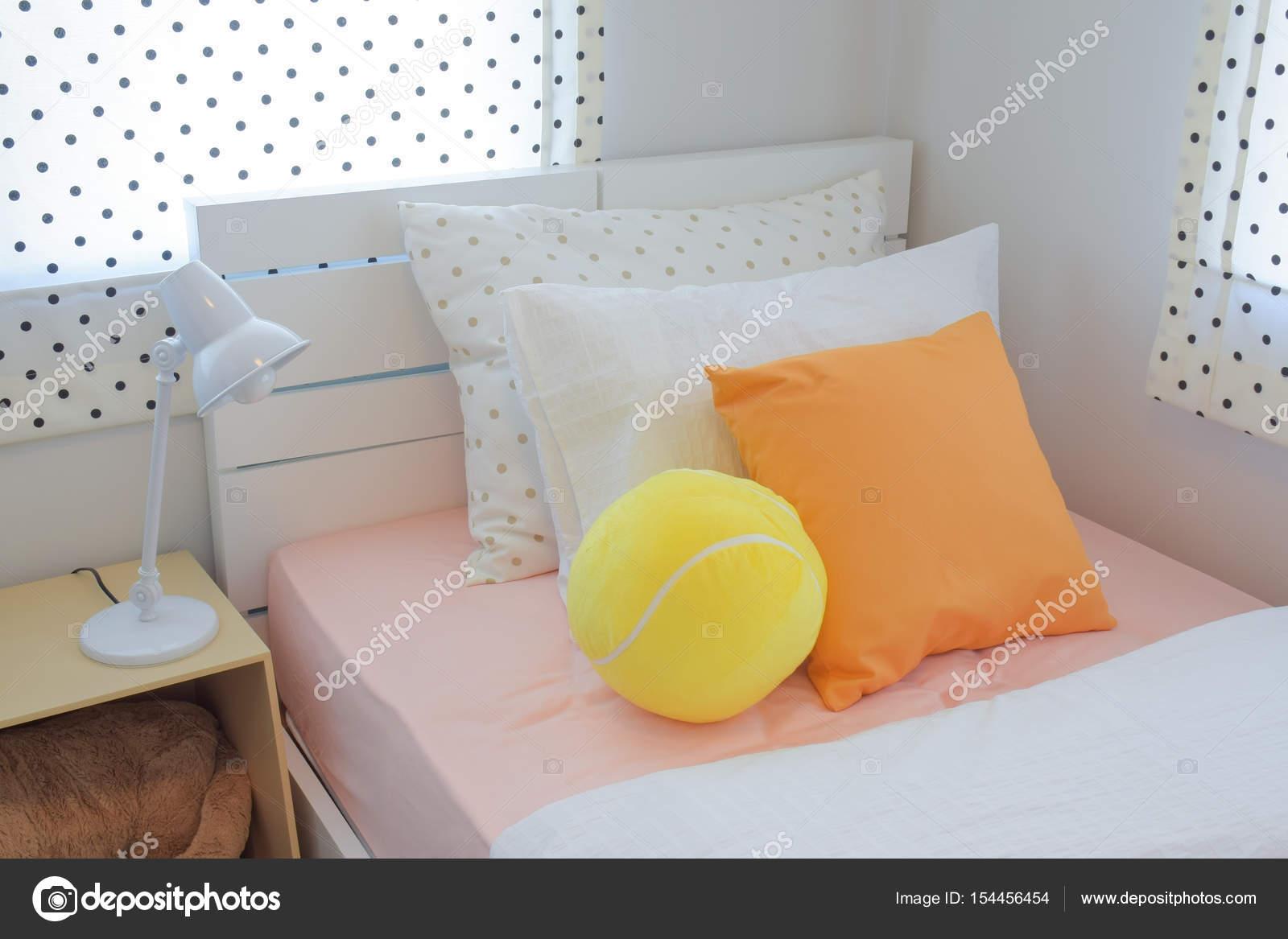 Ballon Gonflé Jaune Et Oreiller De Couleur Orange Sur Lit Dans La Chambre à  Coucher Couleur Douce Régimeu2013 Images De Stock Libres De Droits