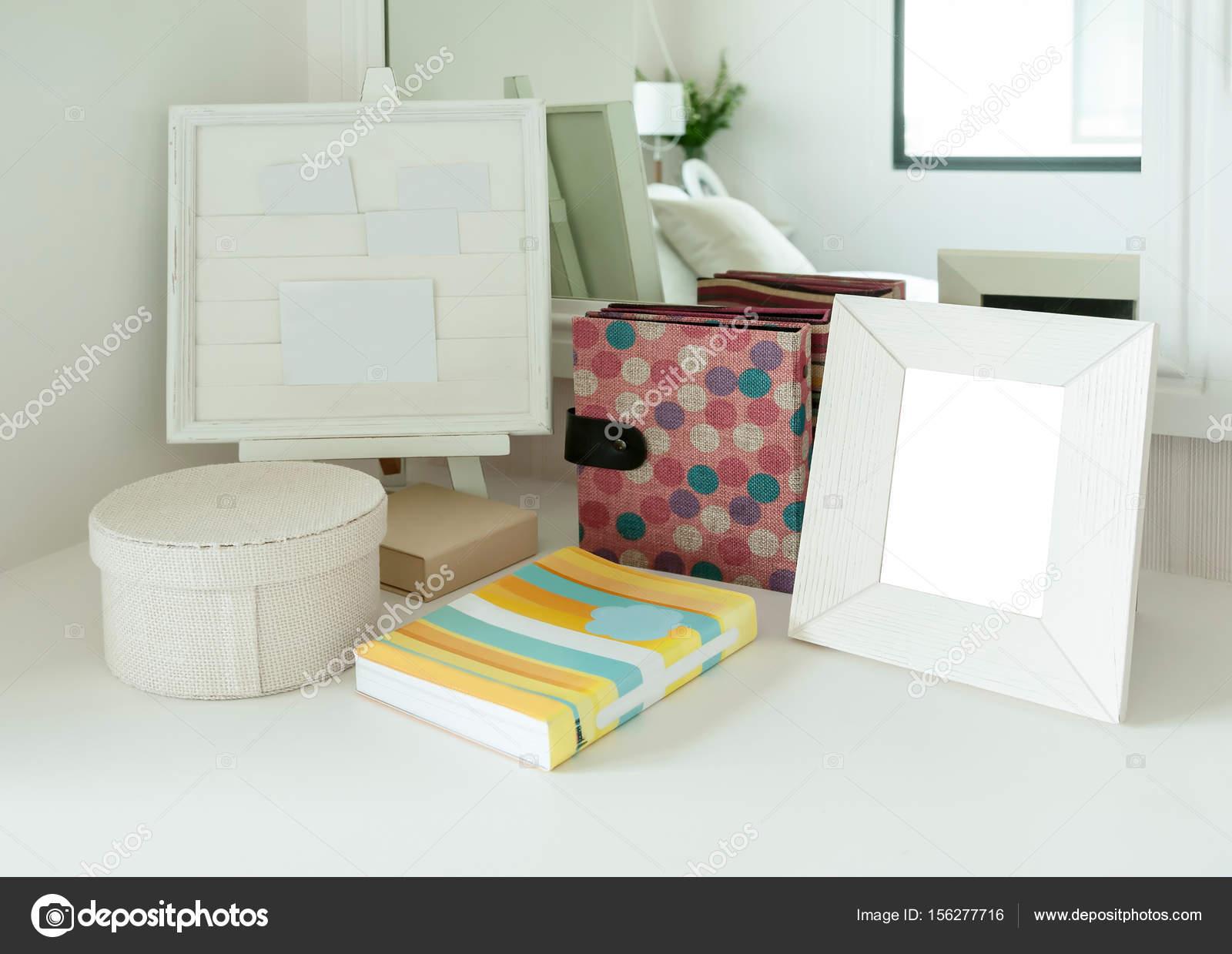 Zeitgenossische Schlafzimmer Dekoration Mit Bilderrahmen Und Buch