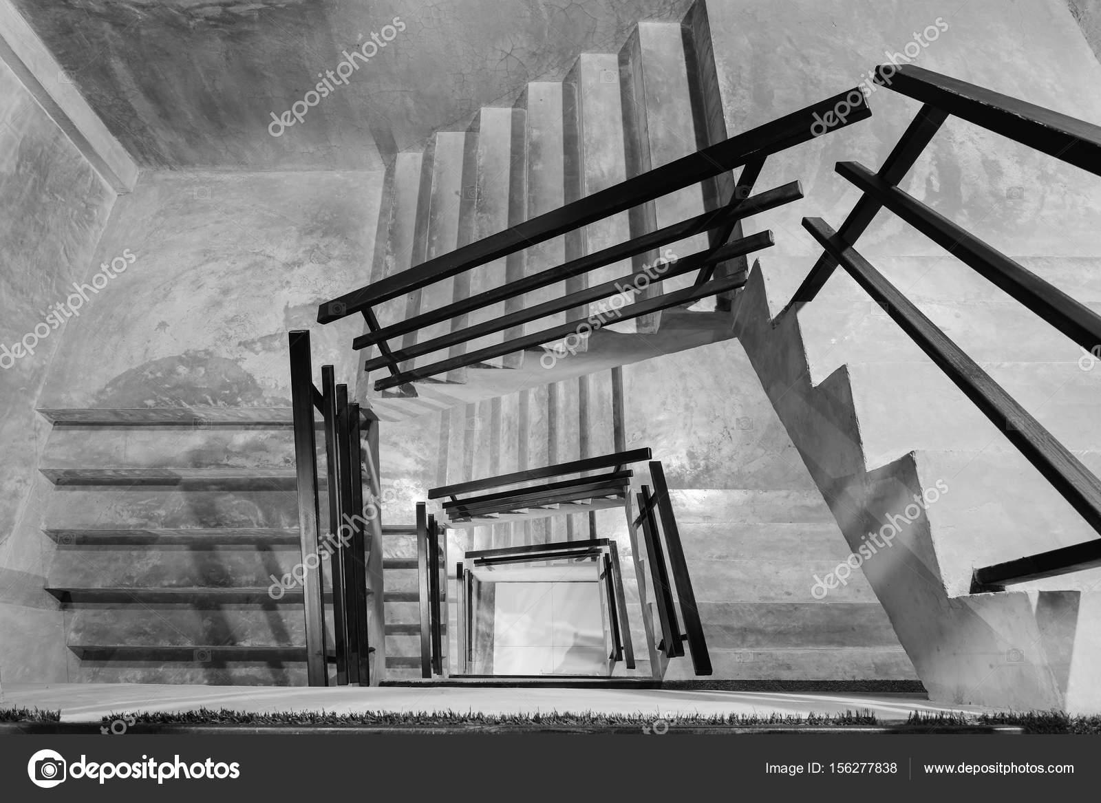 Lege moderne ruwe betonnen trap met zwarte stalen leuning