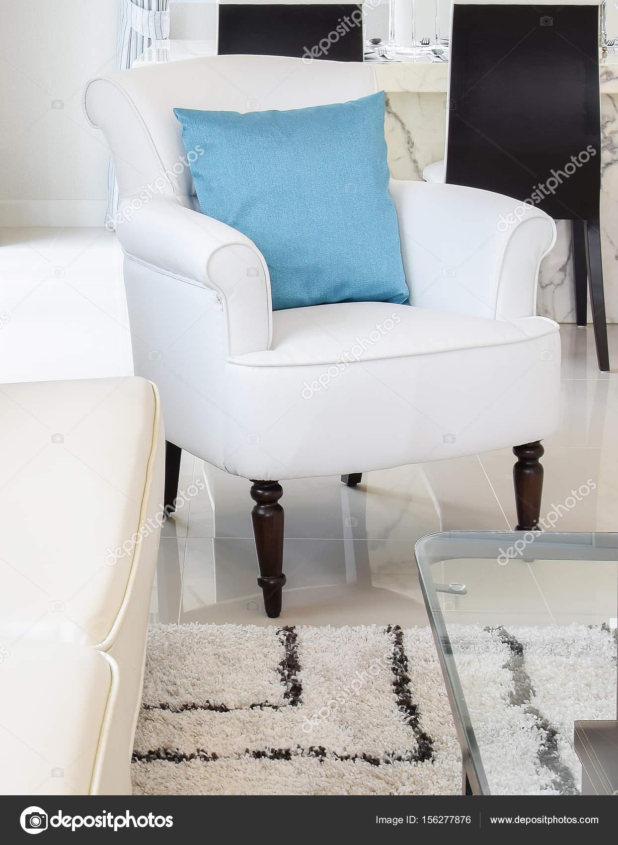 blauwe kussens op een witte lederen bank in de woonkamer — Stockfoto ...