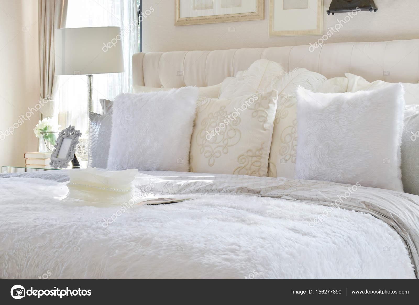 Vintage-Stil Schlafzimmer Innenraum mit weißen Kissen und ...