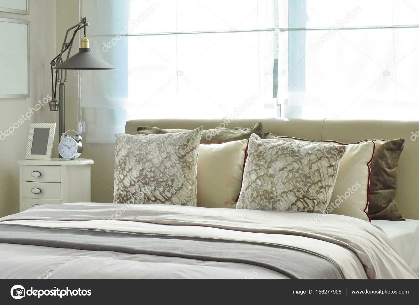luxe slaapkamer met lamp en alarm klok op houten tafel — Stockfoto ...