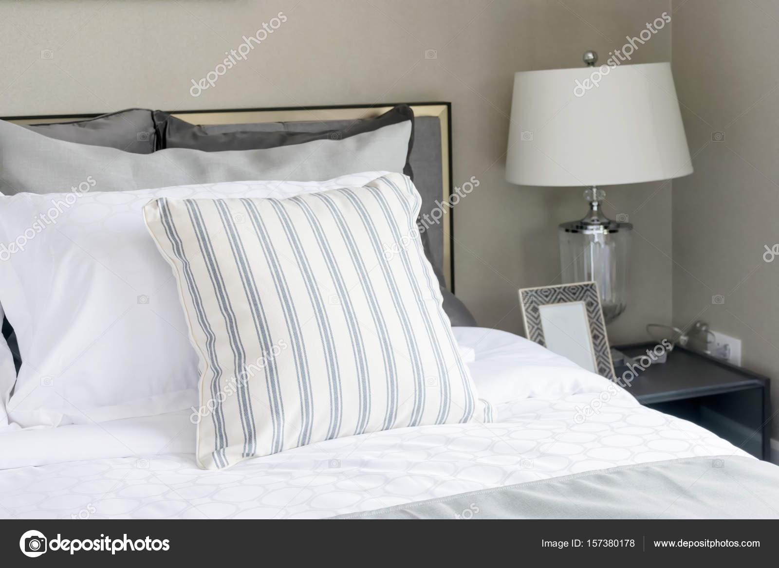camera da letto moderna con lampada e cuscino zebrato — Foto Stock ...