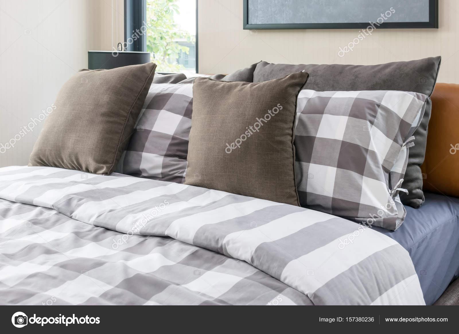 Letto e cuscini marroni in camera da letto moderna — Foto ...