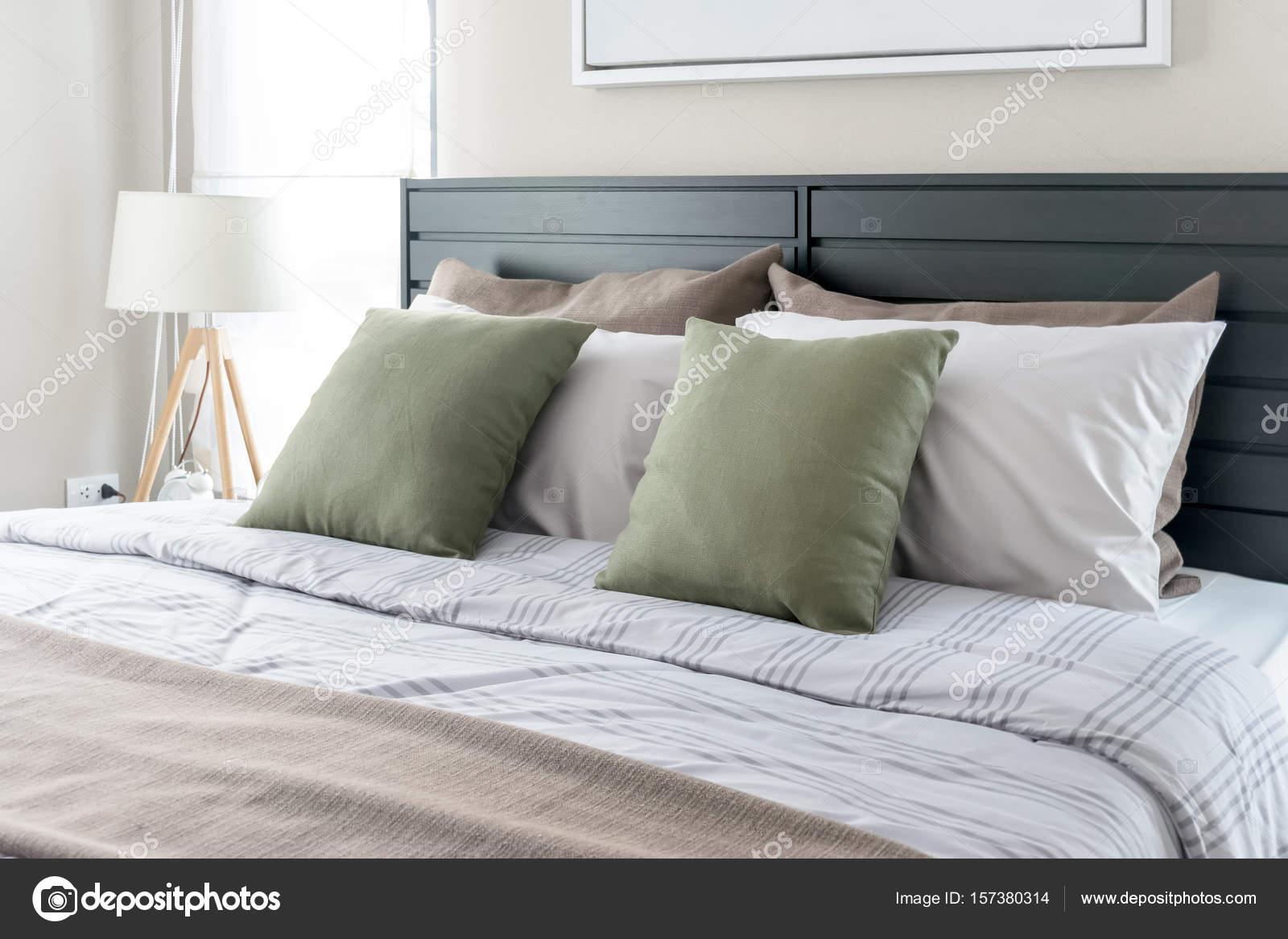 https://st3.depositphotos.com/6200870/15738/i/1600/depositphotos_157380314-stockafbeelding-moderne-slaapkamer-met-groene-kussens.jpg