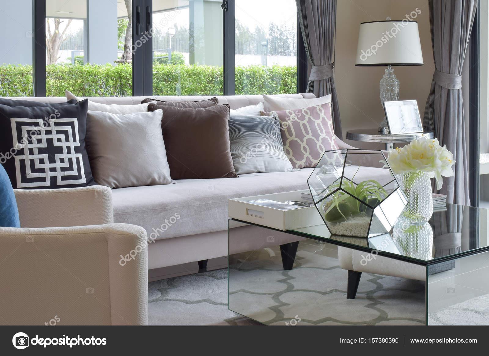 moderne Wohnzimmer Design mit Sofa und Lampe — Stockfoto ...