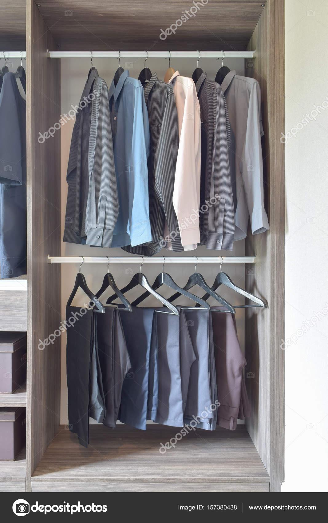 In Legno– Di Pantaloni Fila E Immagine Colorate Stock Camicie Appesi Nell'armadio QrxeCdBoW