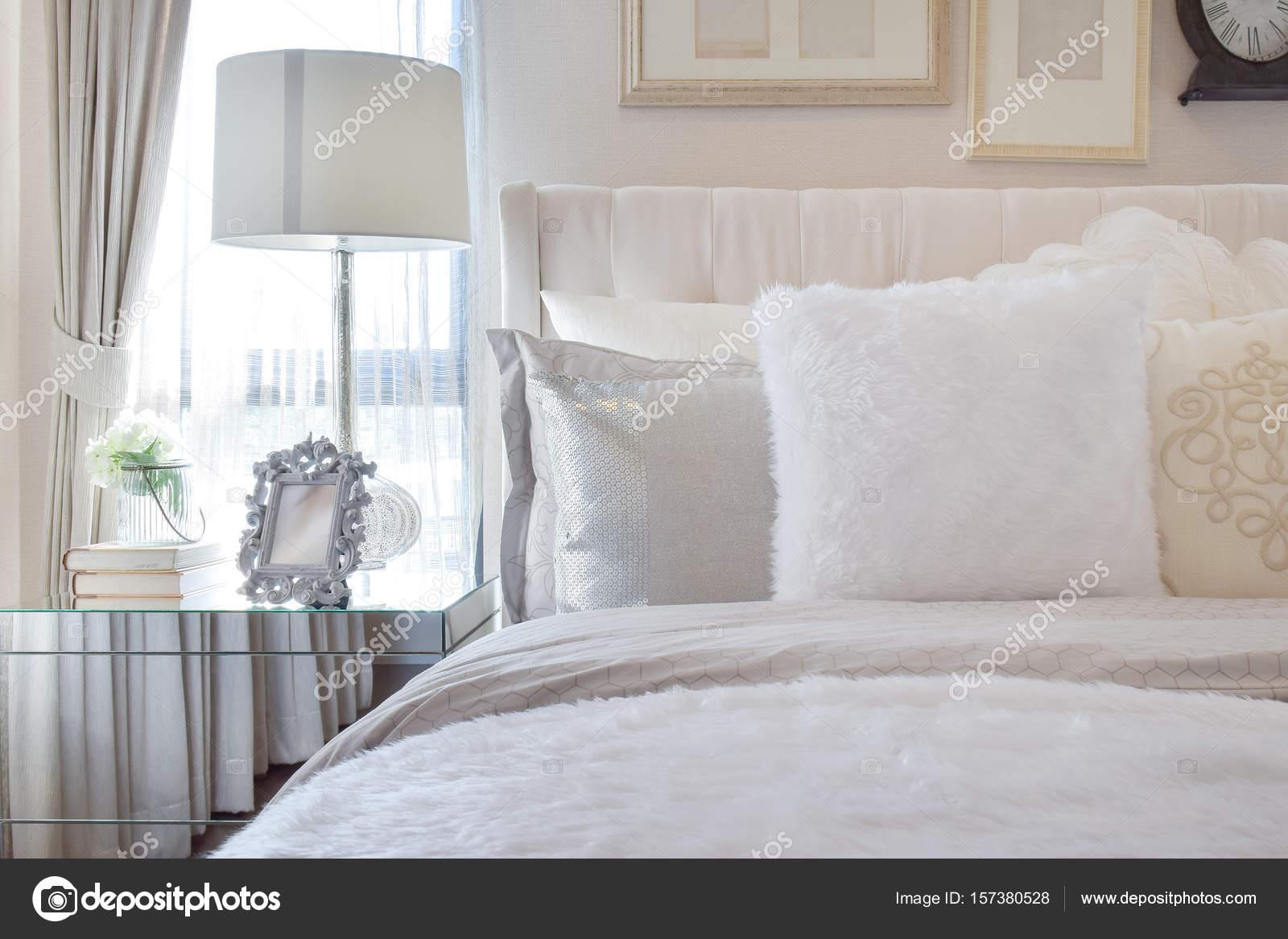 Lampada bianca con la cornice sul vetro comodino in camera ...