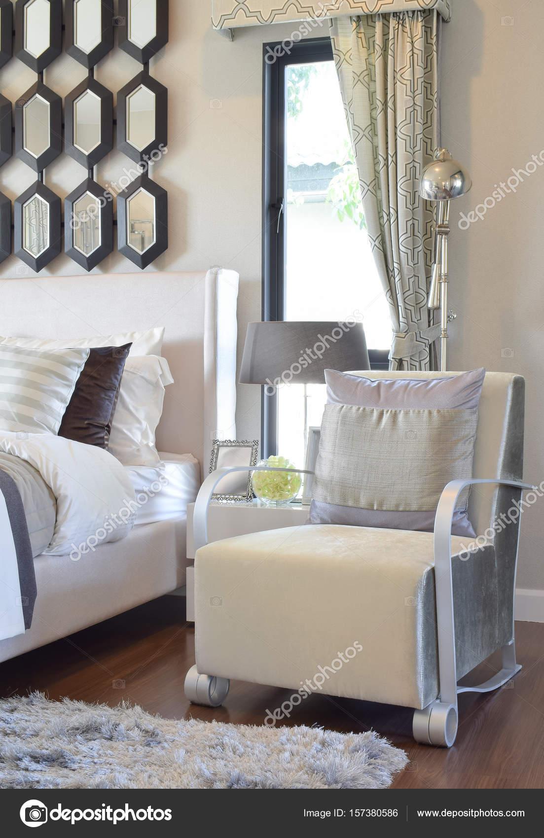 moderne slaapkamer interieur met grijze kussen op fauteuil en ...