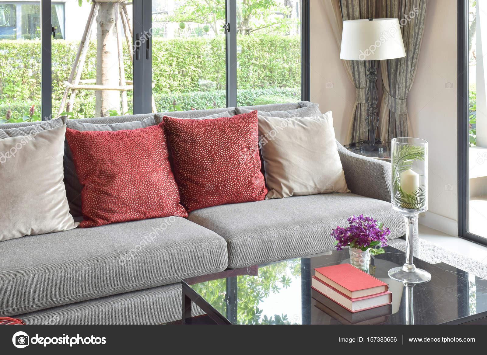 Moderne woonkamer design met rode kussens op de bank en