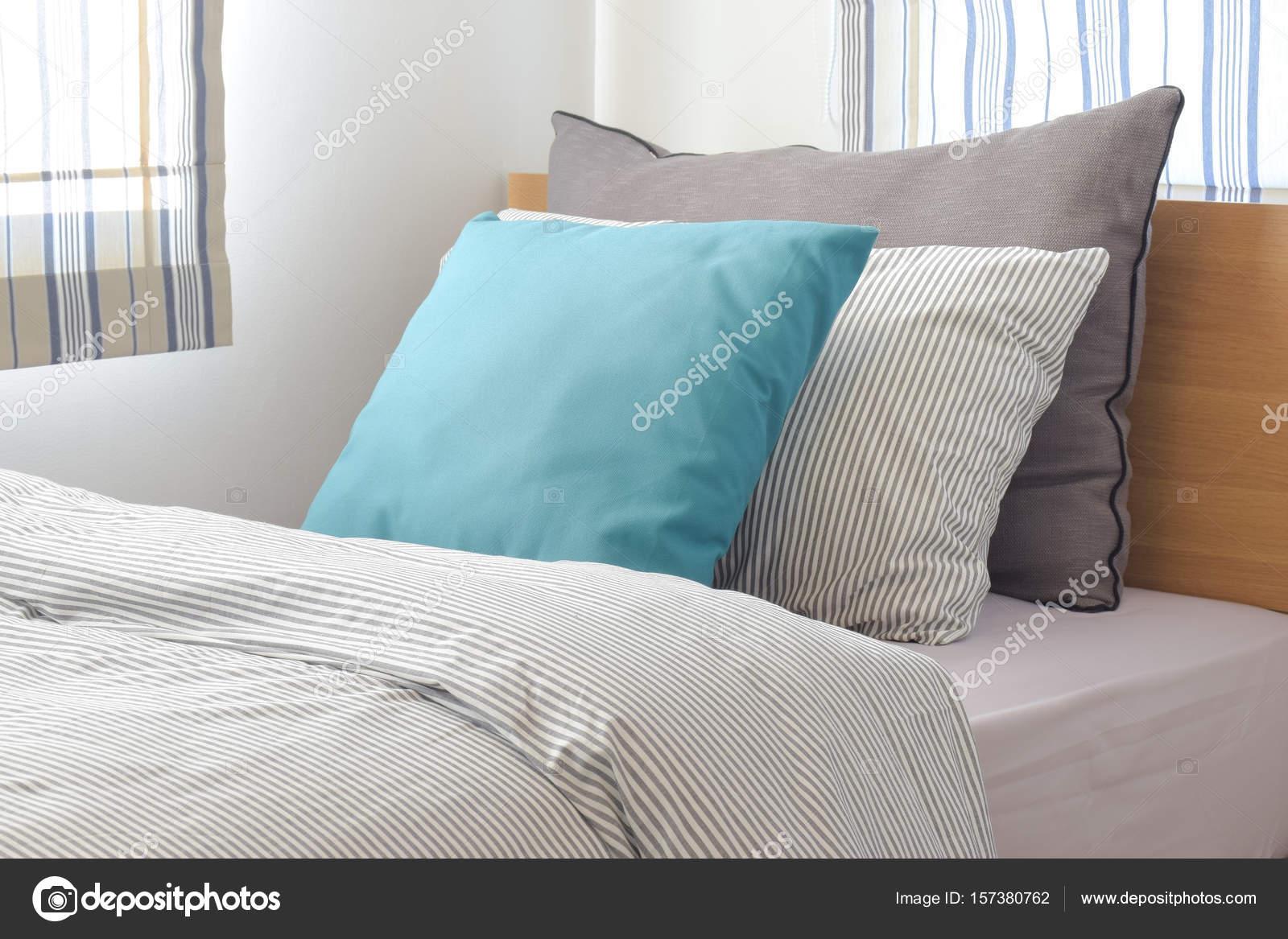 Piumino Letto Turchese : Turchese e grigio cuscino sul letto con biancheria da letto stile
