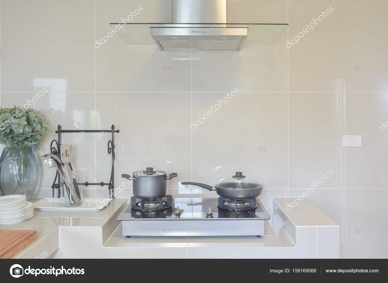 Edelstahl Pfanne auf Gasherd mit Utensilien in modernen Küche ...