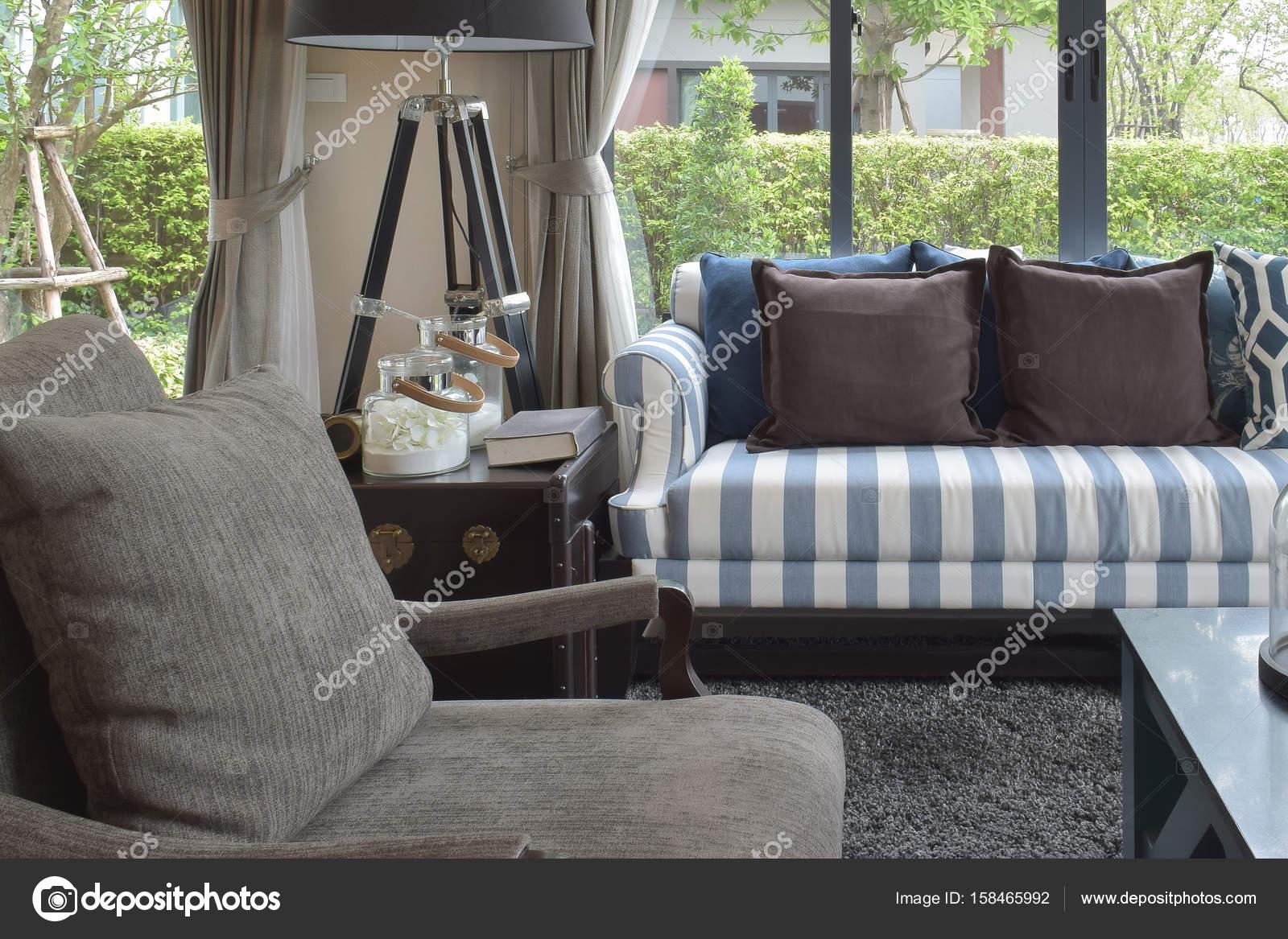 Luxus-Wohnzimmer-Design mit klassischen Sofa, Sessel und dekorative ...