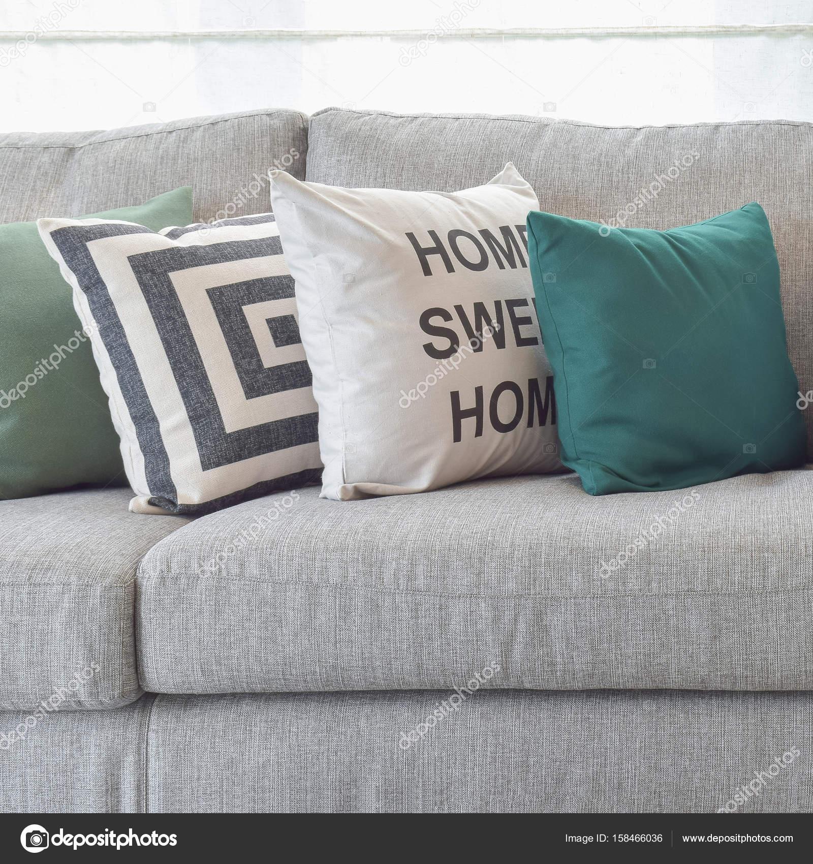 kussens op de gezellige grijze bank in woonkamer — Stockfoto ...