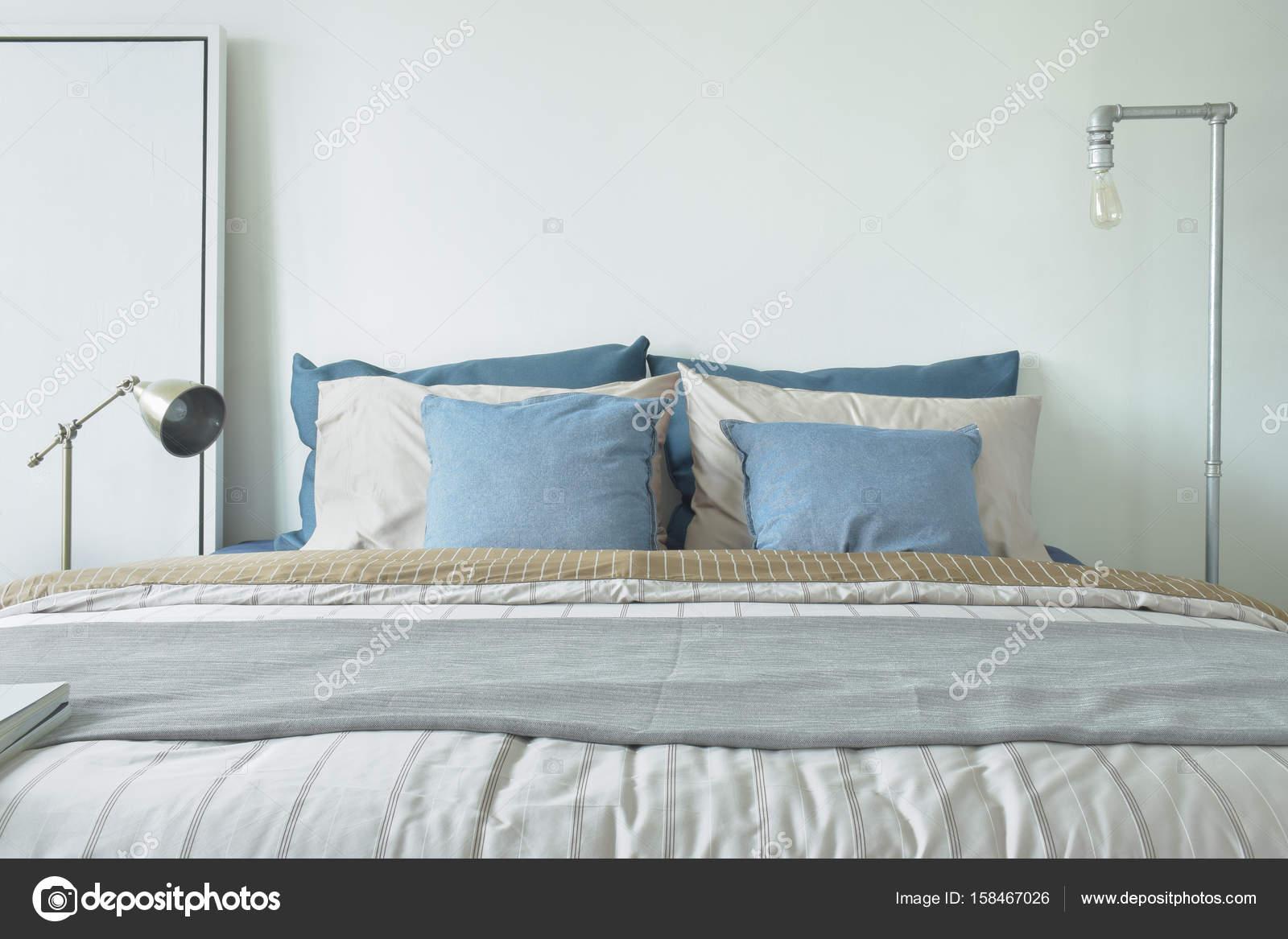minimalistische stijl slaapkamer interieur in blauw en grijs kleurenschema stockfoto