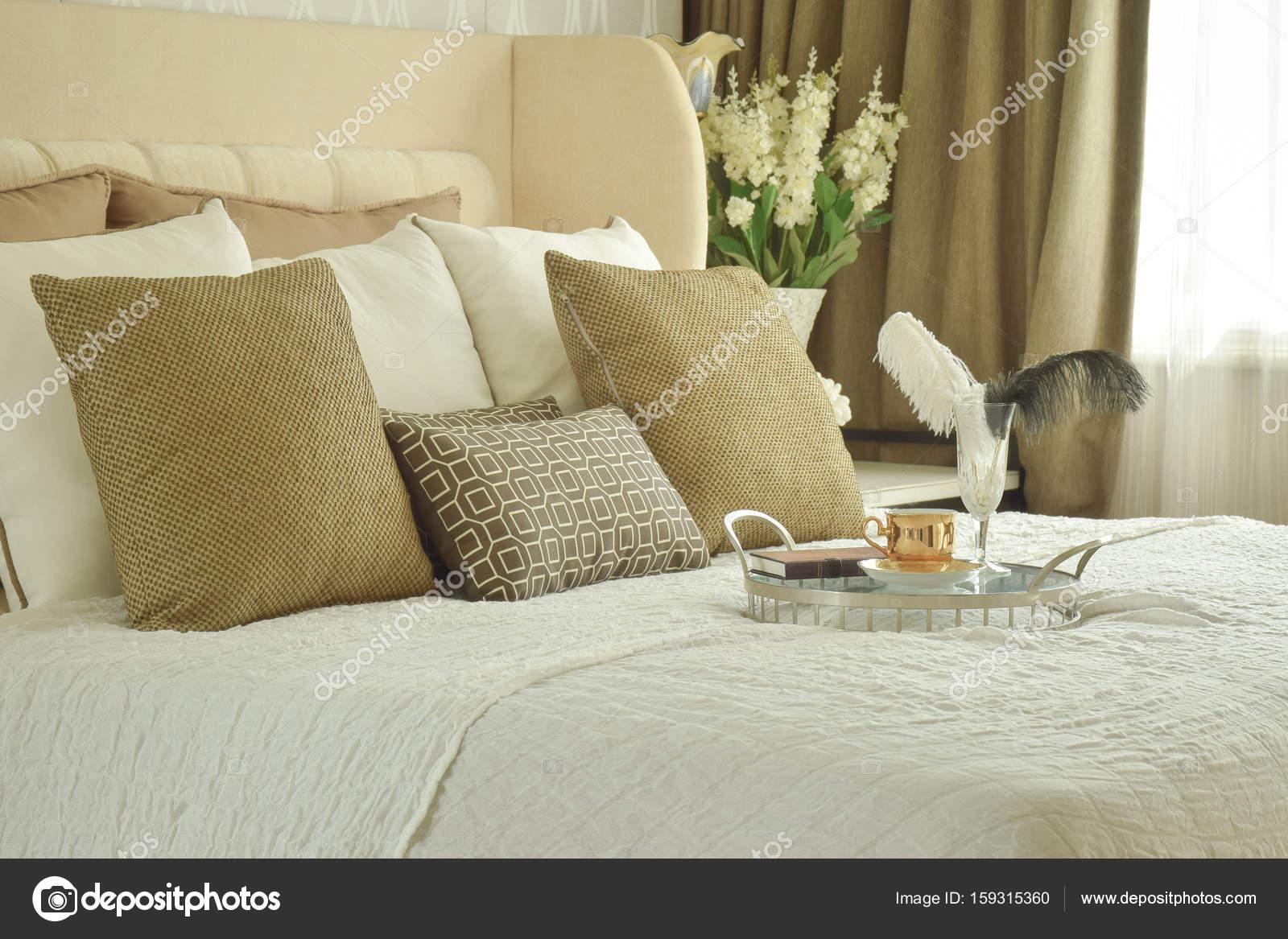 Decoratieve lade op bed in de slaapkamer van de klassieke stijl