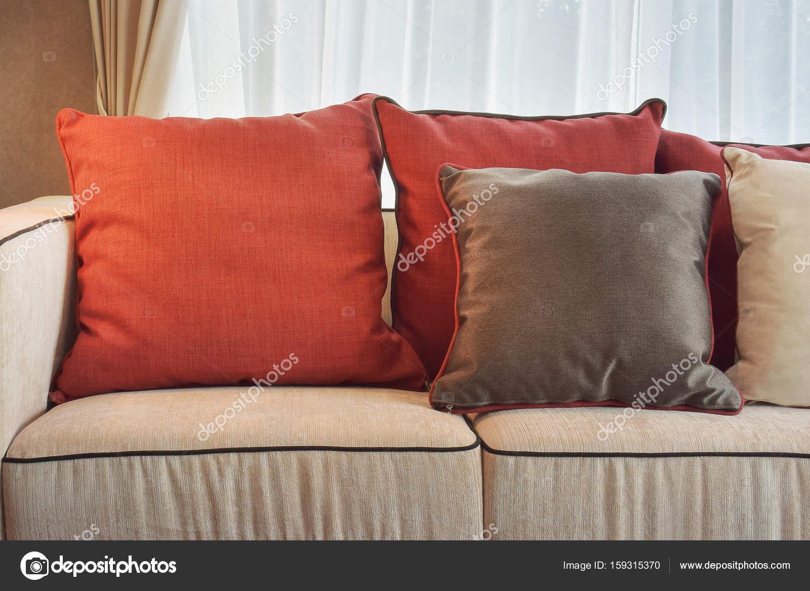 Rot Und Tief Braun Leinen Kissen Beige Leinen Sofa Im Modernen Klassischen  Wohnzimmer U2014 Stockfoto