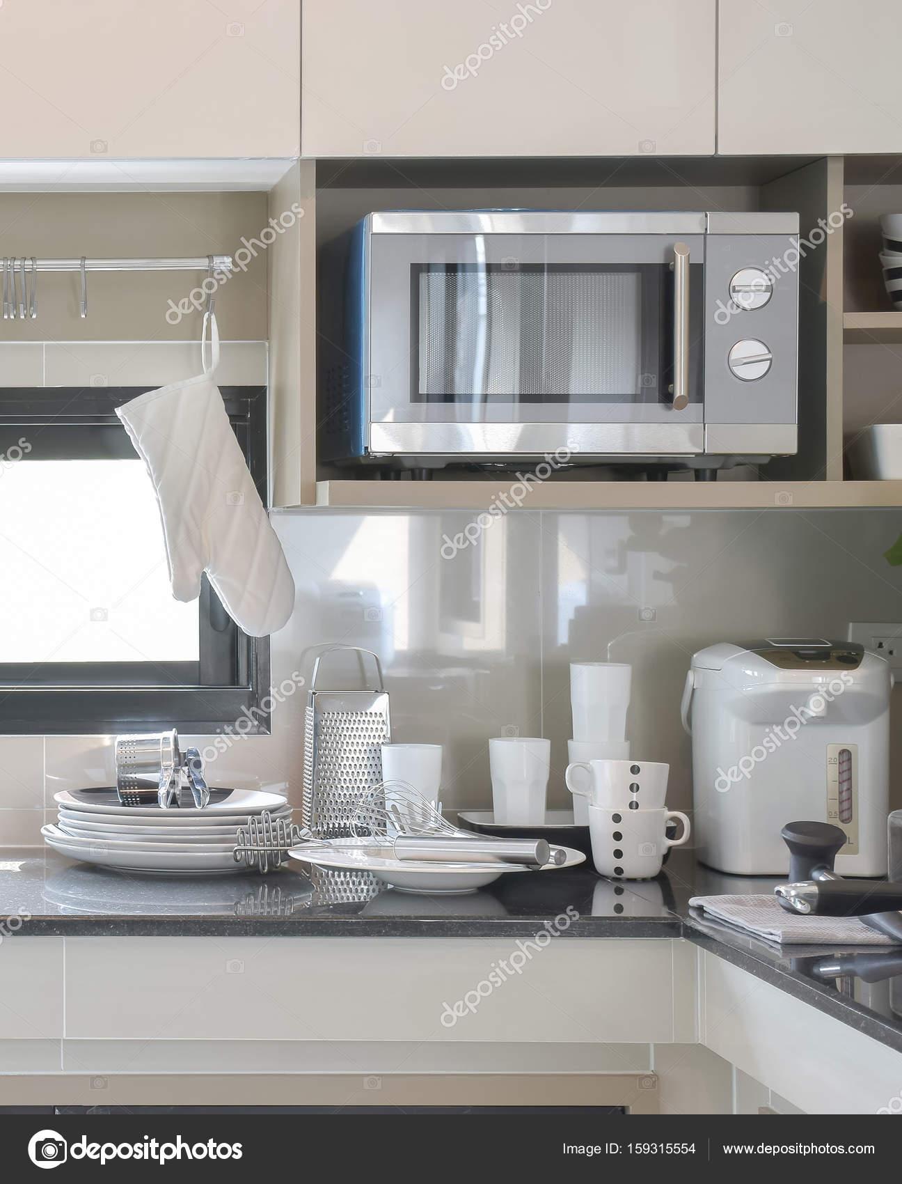 Eitelkeit Küche Einrichten Referenz Von Keramik Geschirr Und Utensilien Neben Waschbecken In
