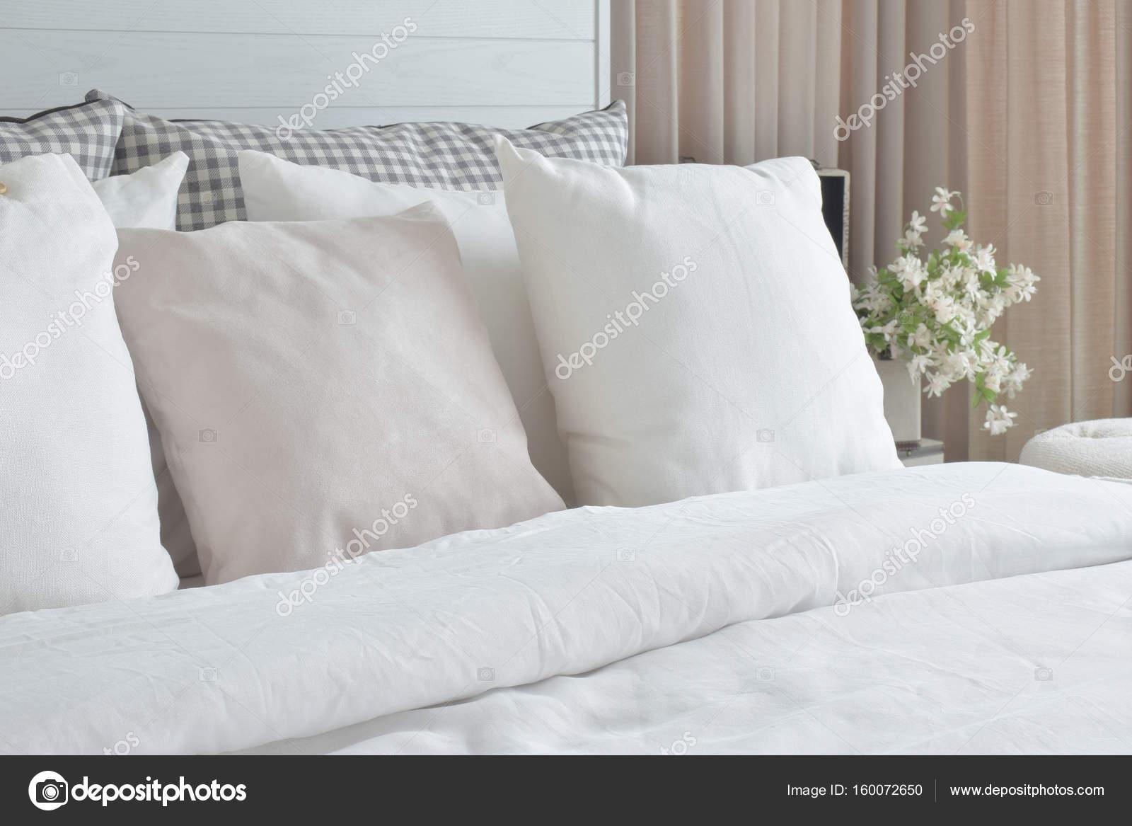 Magnifiek Uit witte kussens instellen op bed met Engelse landelijke stijl &BF96