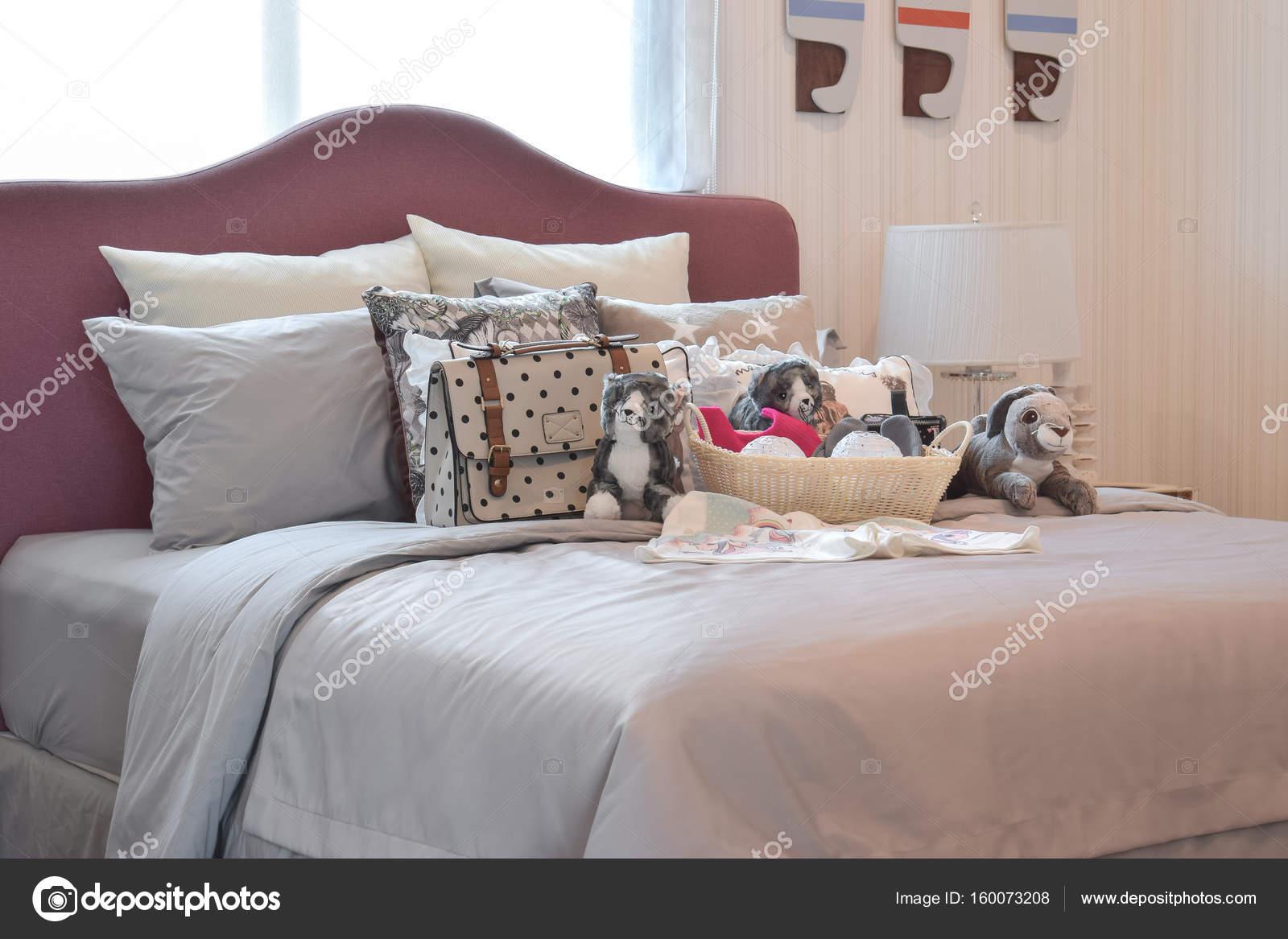 Kinder Schlafzimmer Mit Puppen Tasche Und Kissen Auf Dem Bett Zu
