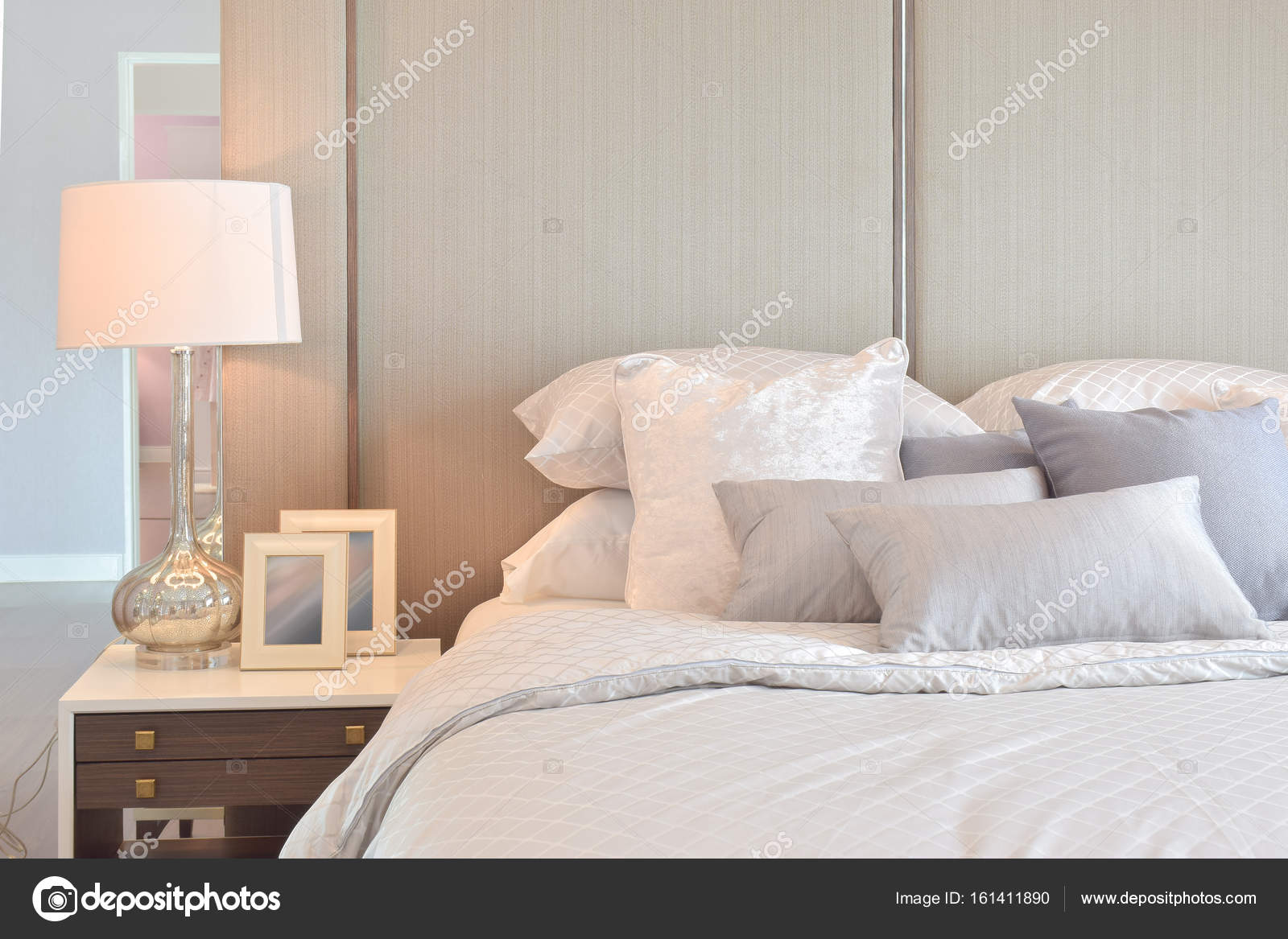 https://st3.depositphotos.com/6200870/16141/i/1600/depositphotos_161411890-stockafbeelding-klassieke-slaapkamer-interieur-met-kussens.jpg