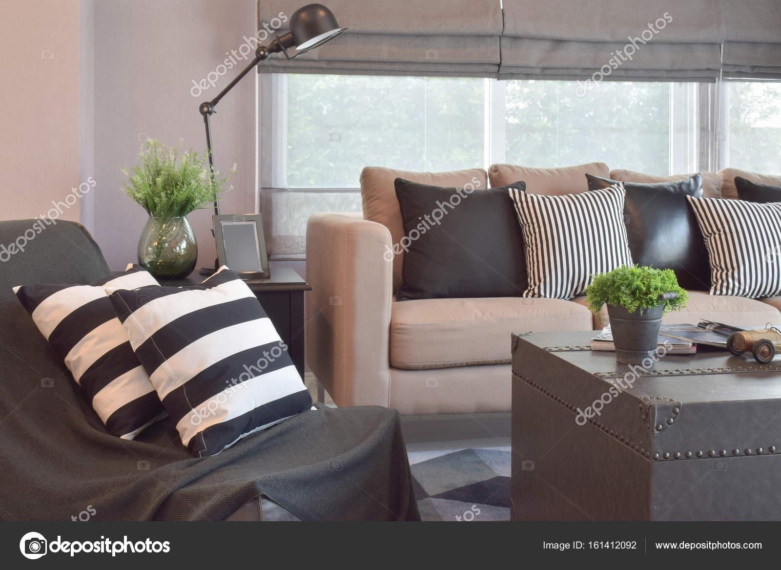 Perfekt Gestreifte Und Schwarze Leder Kissen Auf Dem Sofa Im Wohnzimmer Im Modernen Industriellen  Stil U2014 Foto Von WorldWide_Stock