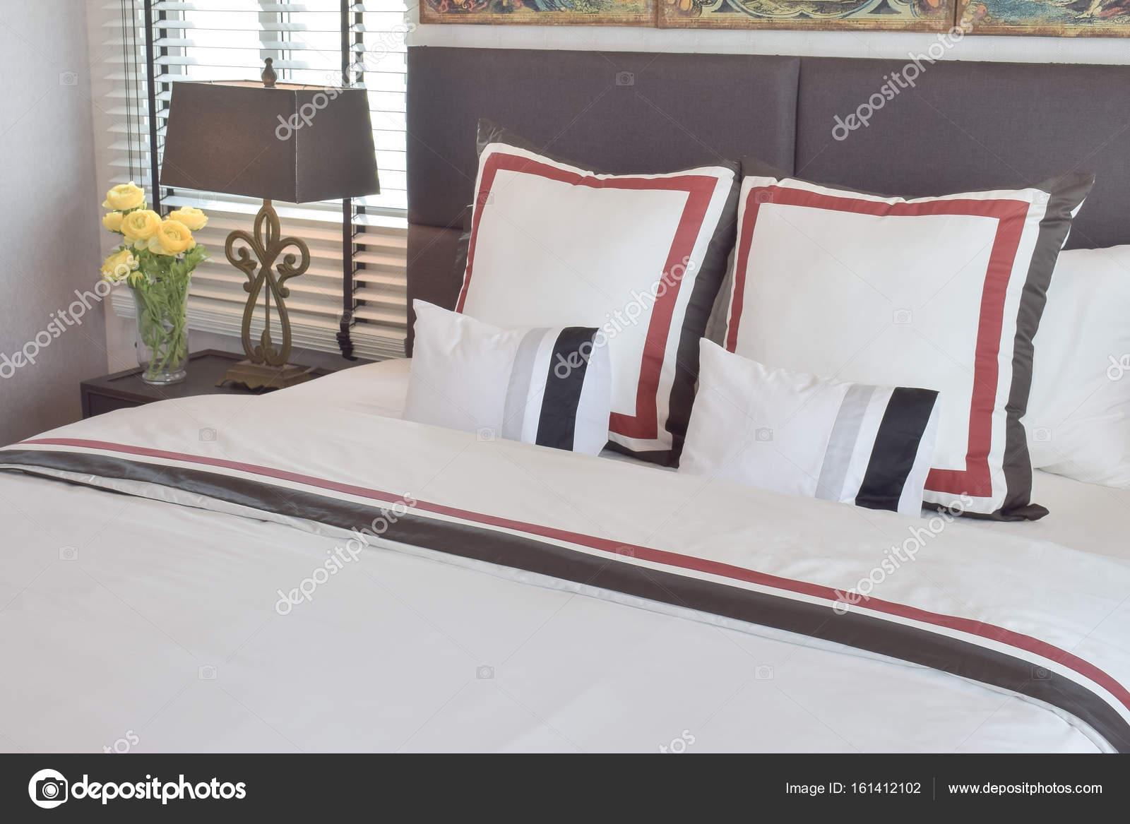 Comò Camera Da Letto Moderna : Interiore della camera da letto moderna con cuscini e lampada da