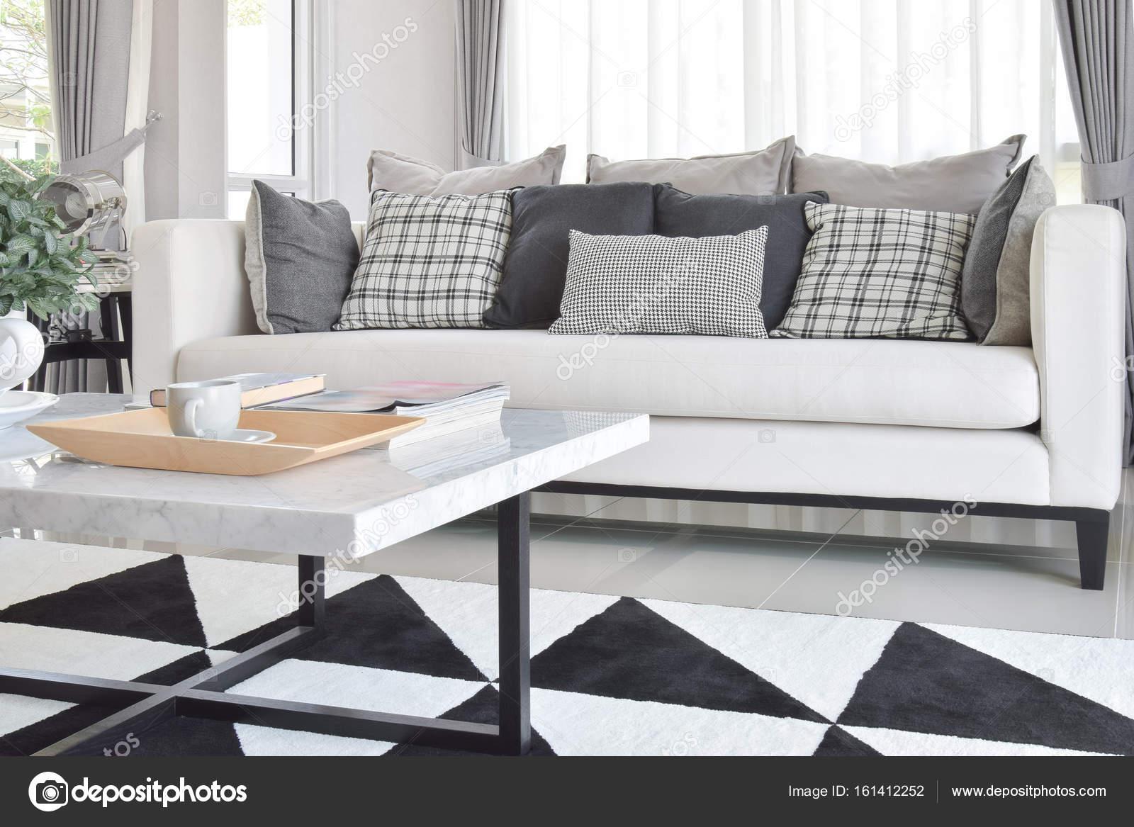 Moderne Wohnzimmer Interieur Mit Schwarz / Weiß Karomuster Kissen Und  Teppich U2014 Stockfoto
