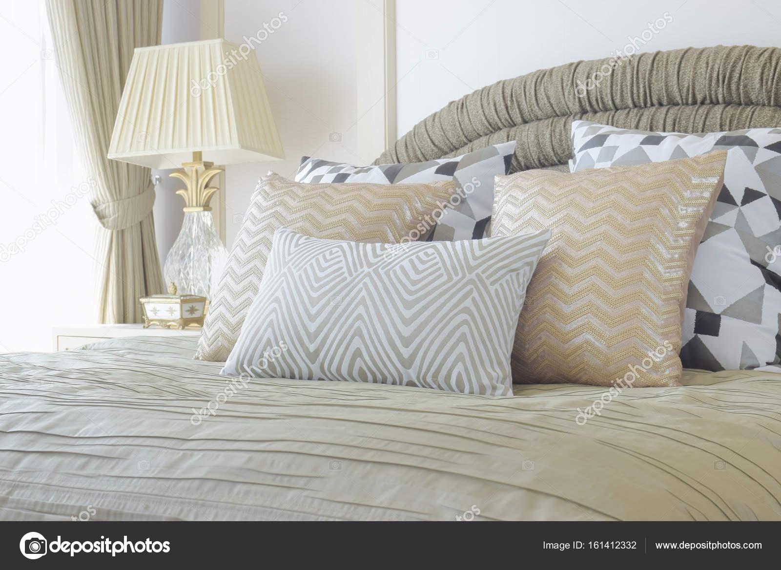 gouden en zilveren kussens op bed met luxe stijl interieur slaapkamer instellen stockfoto
