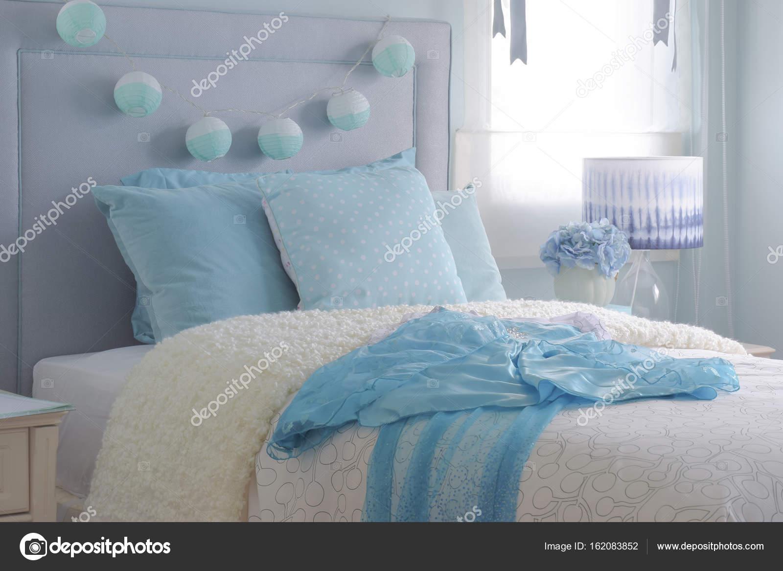 Hell Blau Chiffon Kleid Auf Beige Wattierte Decke In Hell Blau Innen  Schlafzimmer U2014 Foto Von WorldWide_Stock