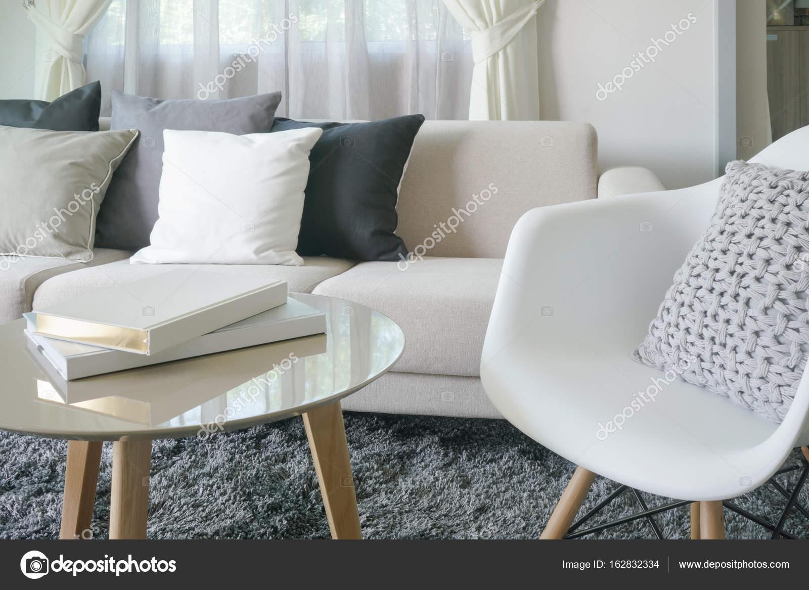 Fauteuil en bank met kussens in moderne stijl interieur woonkamer