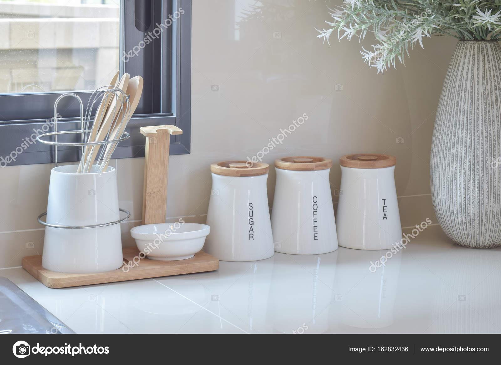 dispensa moderna con gli utensili in cucina bianco — Foto Stock ...