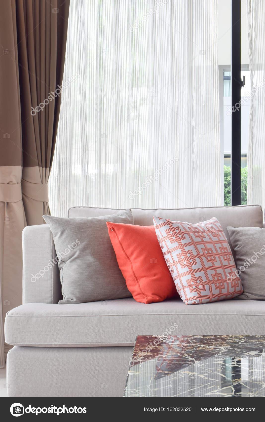 Orange und grau Kissen in Beige Sofa im Wohnzimmer — Stockfoto ...