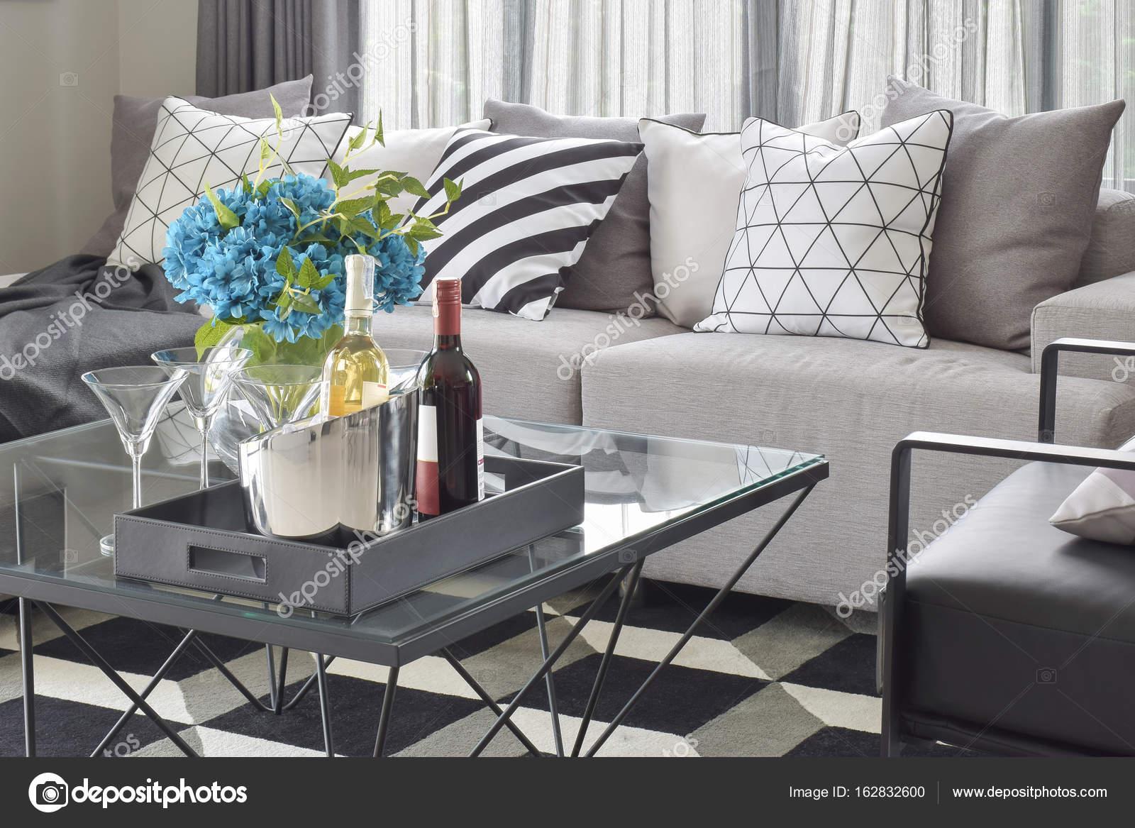 Flaschen Wein und Gläser auf Mitte Tisch mit mono-Ton Einstellung ...